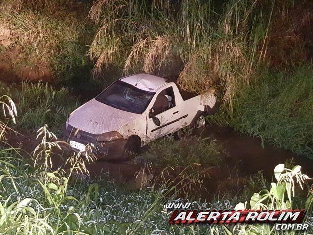 Rolim de Moura - Condutor embriagado cai com carro dentro de rio após passar por galeria na Avenida Maceió