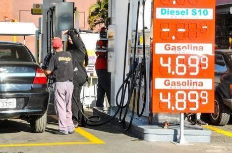 Litro de gasolina varia entre R$ 3,19 e R$ 7,15 nos postos brasileiros