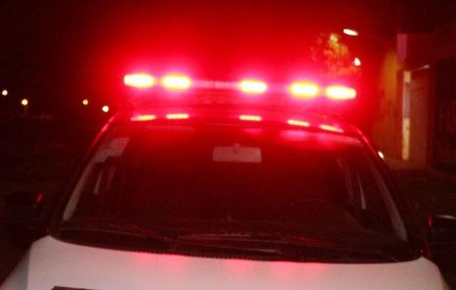 Ladrão se esconde em árvore após fazer família refém em assalto; dupla acaba presa em RO