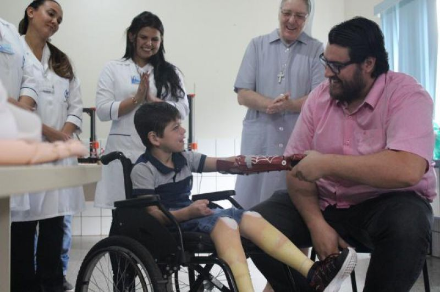 Menino de 7 anos ganha prótese de mão em 3D inspirada no Homem-Aranha em RO