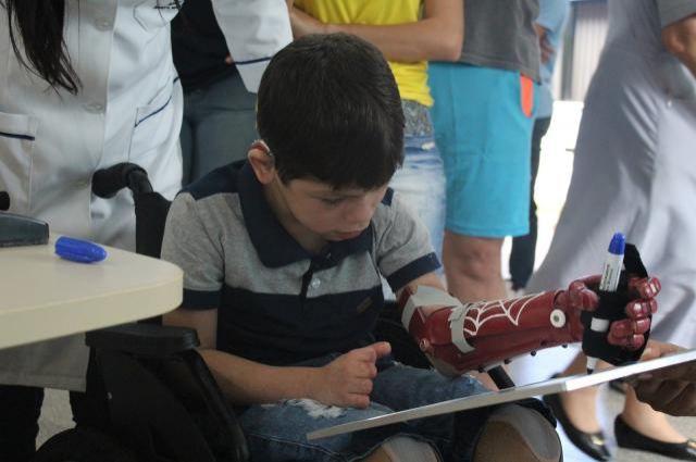 Menino de 7 anos ganha prótese de mão em 3D inspirada no Homem-Aranha em Rondônia