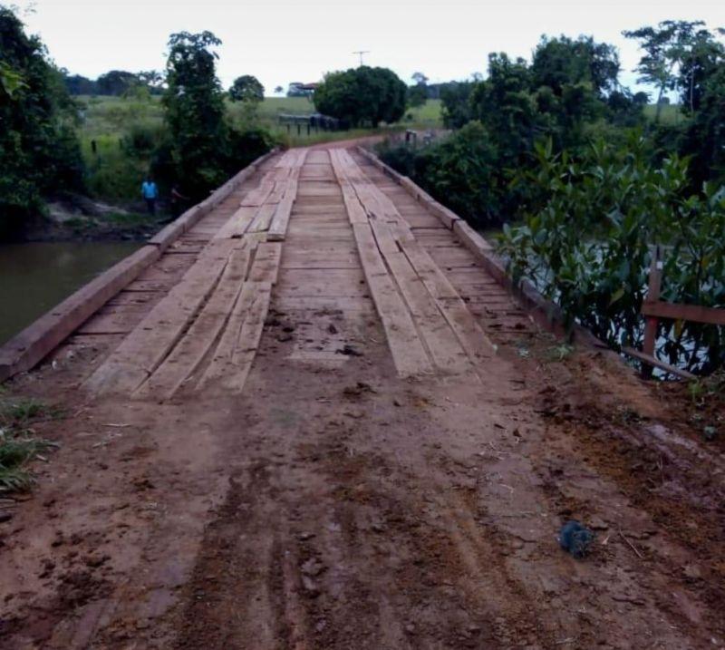 Rolim de Moura – Prefeitura recupera ponte da linha 200 norte