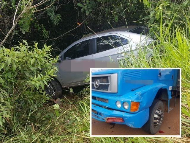 Caminhão boiadeiro bate na traseira de carro de passeio que diminuiu a velocidade devido a buracos na RO-010