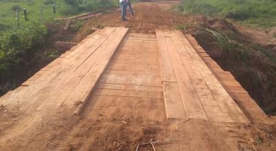 Rolim de Moura – Prefeitura reconstrói ponte na linha 176 norte