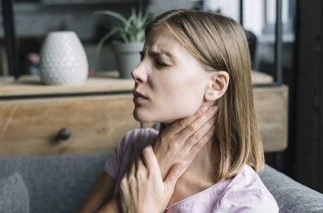 Jovem sofre derrame após estalar o pescoço; conheça os sintomas