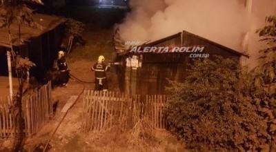 Casa de madeira é totalmente destruída por incêndio durante a madrugada