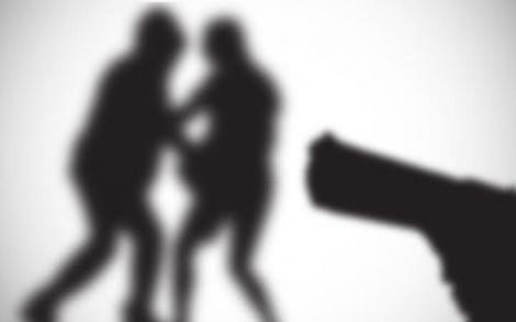Dupla armada rende duas jovens e roubam celular