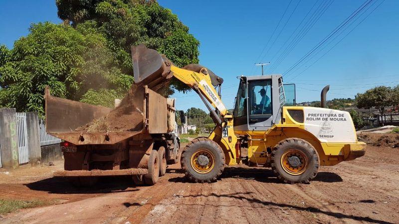 Mãos à Obra: Prefeitura de Rolim de Moura já realizou a limpeza em três bairros, máquinas ehomens já iniciaram os trabalhos no Boa Esperança