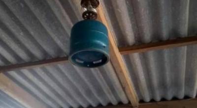 Mesmo com energia elétrica em casa, agricultor não abre mão de lampião a gás em área rural de Corumbiara