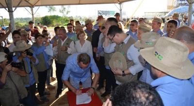 Rolim de Moura – Prefeito Luizão do Trento e Governador Marcos Rocha assinam o FITHA na Rondônia Rural Show