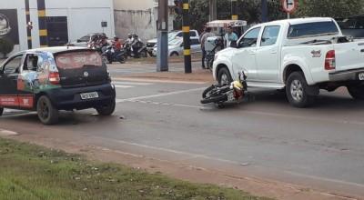 Acidente envolvendo três veículos deixa motociclista ferido em Rolim de Moura