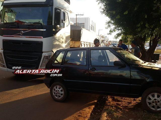Carreta e carro de passeio colidem no centro de Rolim