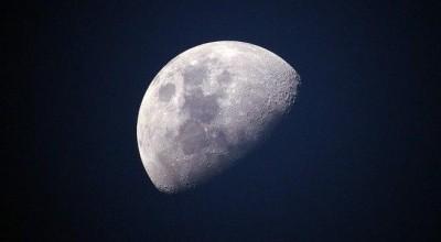 Luzes estão piscando na Lua e ninguém sabe explicar o motivo