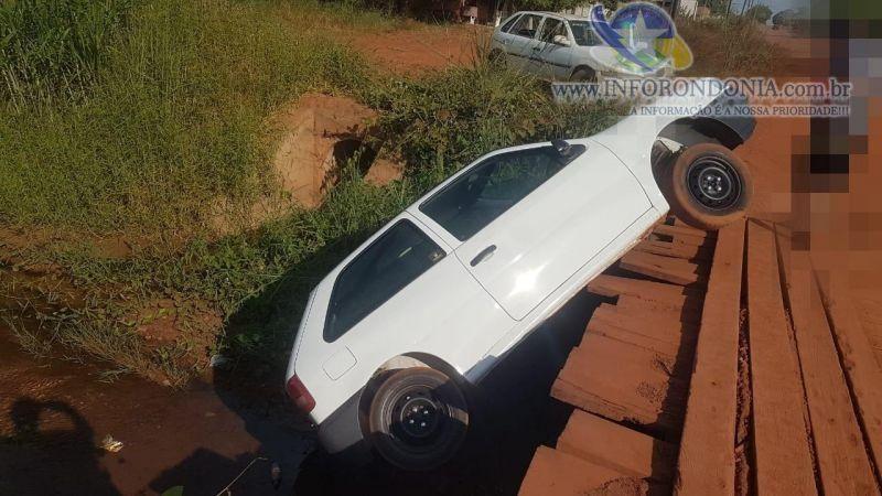 Rolim: Motorista dá a ré e carro fica pendurado em ponte