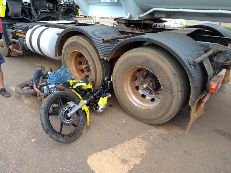 Mototaxista fica ferido após colisão que envolveu carreta e caminhão na BR-319, em RO
