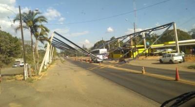 Estrutura de ferro no posto da PRF desaba em ônibus na BR-364
