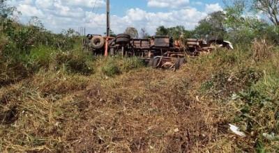 Rolim de Moura- Caminhão perde controle e tomba na RO 010 próximo a linha 196