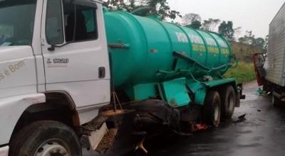 Caminhões colidem na BR-364 entre Jaru e Ariquemes nesta terça-feira