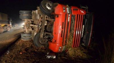 Caminhoneiro fica gravemente ferido ao tombar carreta carregada de madeira na BR-364