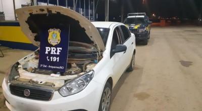 Carro roubado é recuperado após mulher fazer ultrapassagem proibida, em RO