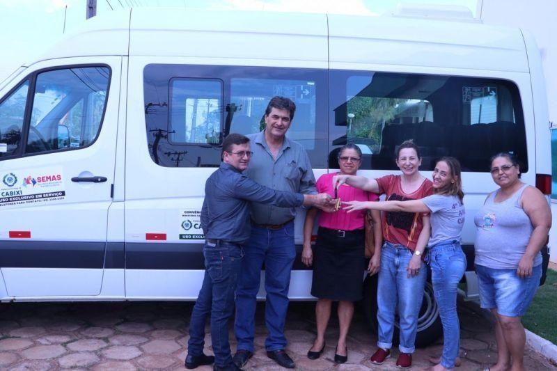 Jaqueline Cassol visita Cone Sul, entrega van à Apae e reforça compromisso com a região