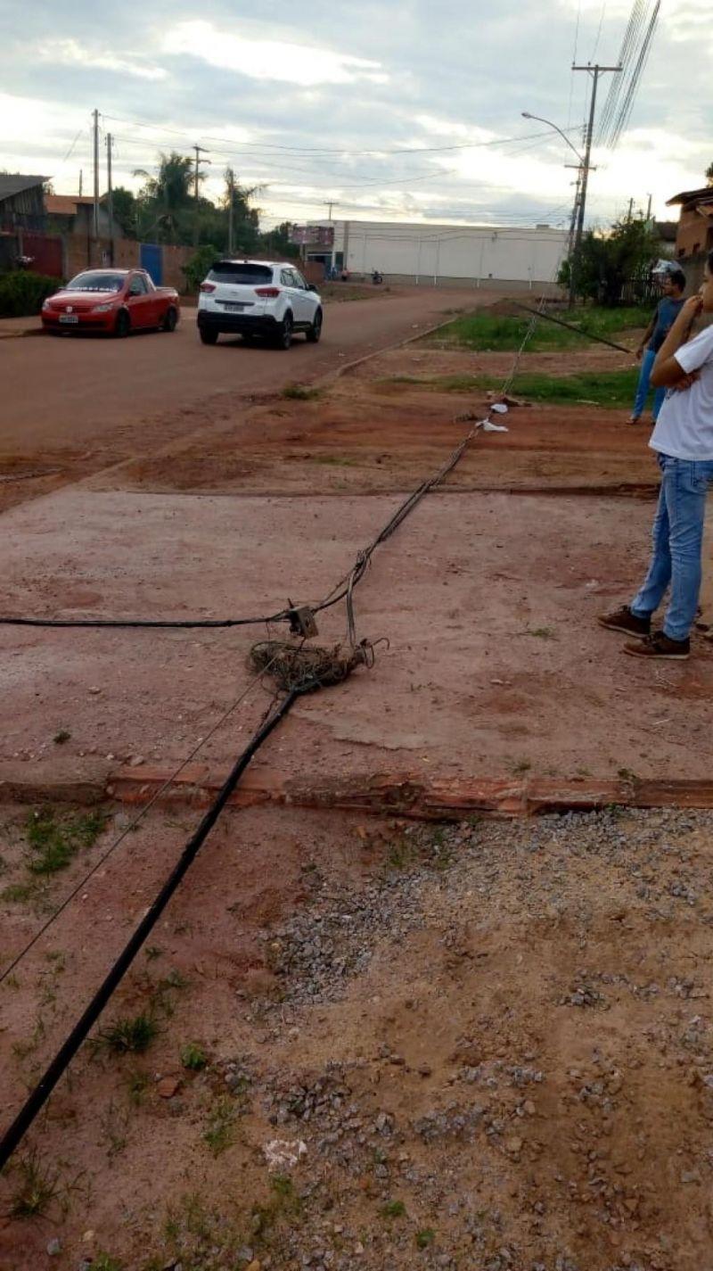 Caminhão arranca fios ao passar na Avenida 7 de setembro em Rolim de Moura