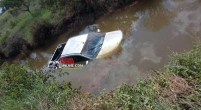 Internauta registra acidente com caminhonete no Rio Mequens próximo a Rolim de Moura do Guaporé