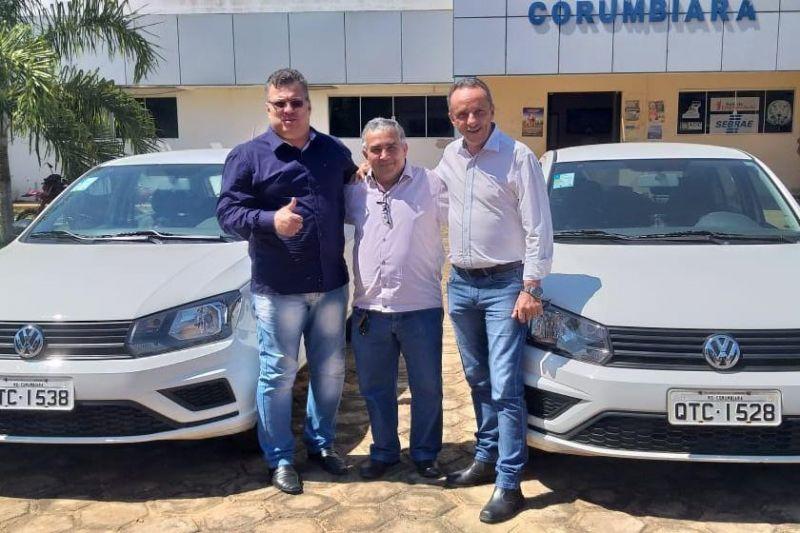 Lazinho da Fetagro entrega equipamentos e veículos para prefeitura de Corumbiara