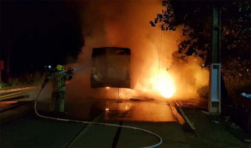 Membros de facção criminosa tocam fogo em ônibus e deixam recado para PM