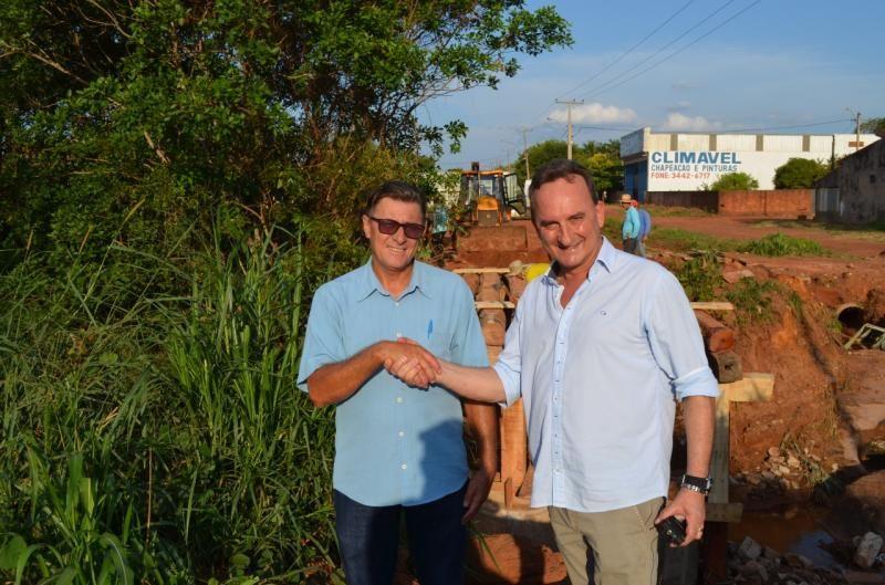 Rolim de Moura – Prefeito Luizão e vereador Chico do Sindicato fiscalizam construção da ponte da Avenida Fortaleza