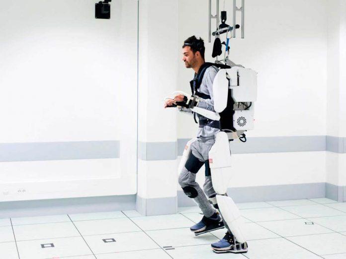 Tetraplégico anda com exoesqueleto comandado pela mente