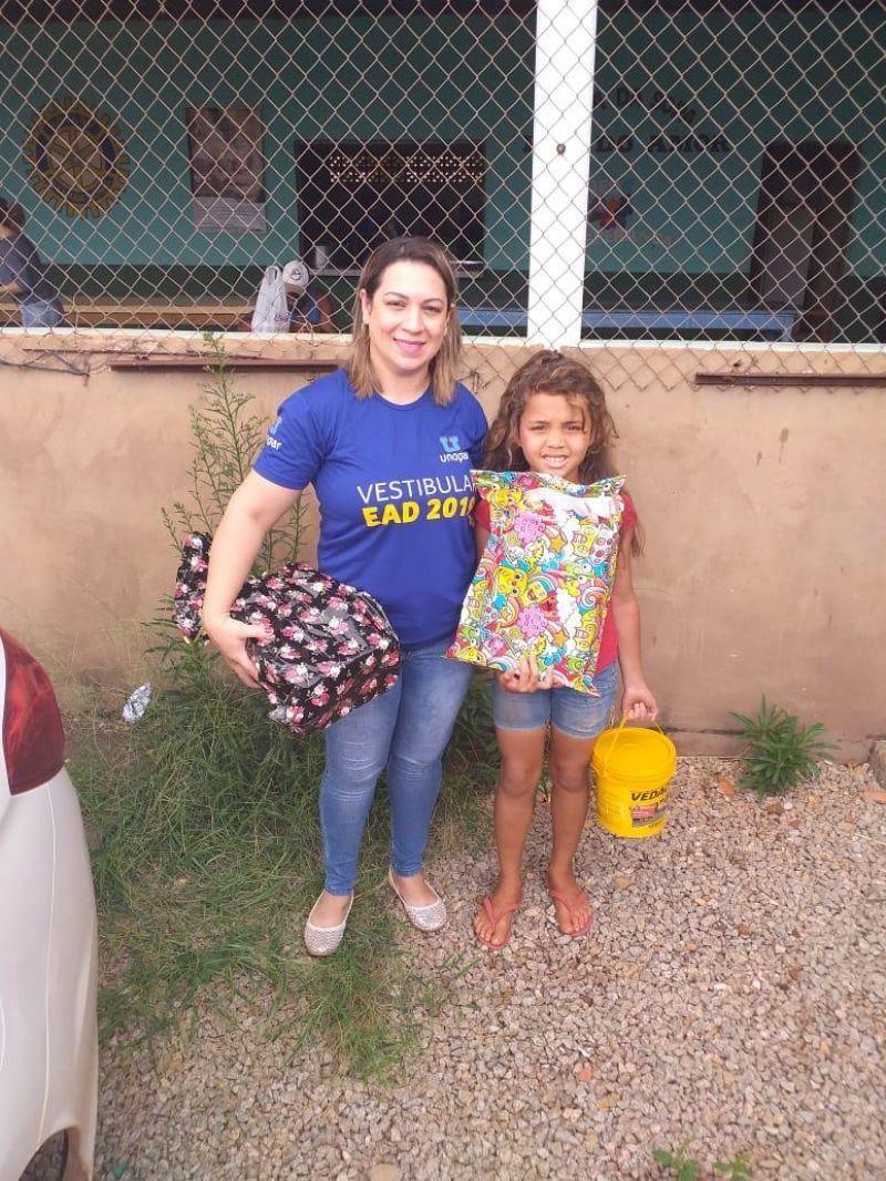 UNOPAR polo de Rolim de Moura distribui brinquedos para crianças da Casa da Sopa