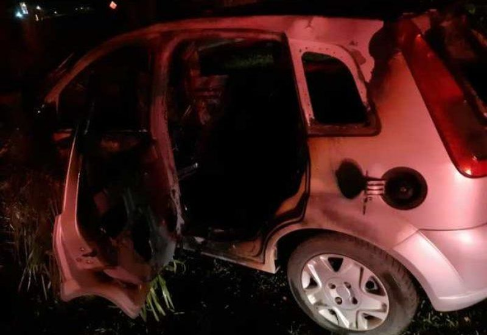 Veículo bate em árvore, pega fogo e três ficam feridos na BR 364