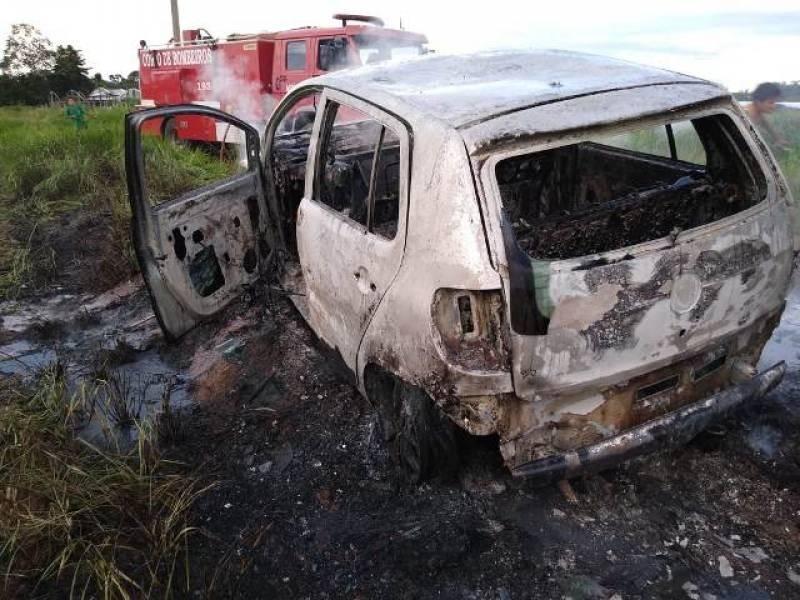 Completamente bêbado, homem incendeia o próprio carro; após ser preso diz não saber porque fez isso