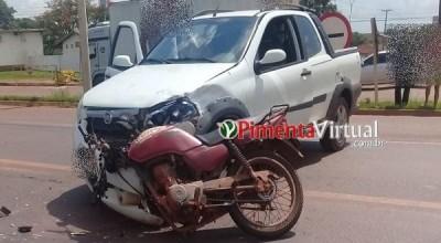Moto tem frente destruída e piloto fratura fêmur em acidente na BR-364 em Pimenta Bueno