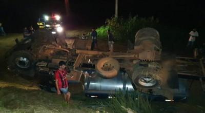 Para evitar tragédia, condutor joga caminhão para acostamento mas acaba capotando em ribanceira na BR 364 em Jaru