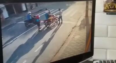 Rolim de Moura | A golpes de coronhada, pontapés e socos, bandidos roubam Bros 160 em semáforo