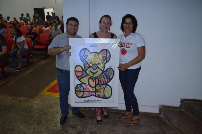 Fabricio Melo e Carla Schock arrematam quadro da primeira Mostra de Arte da Escola Balão Mágico