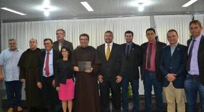 Frei Antônio Carlos recebeu a Honraria oferecida pelo Presidente da Câmara Municipal de Rolim de Moura, Dr. Lauro Lopes