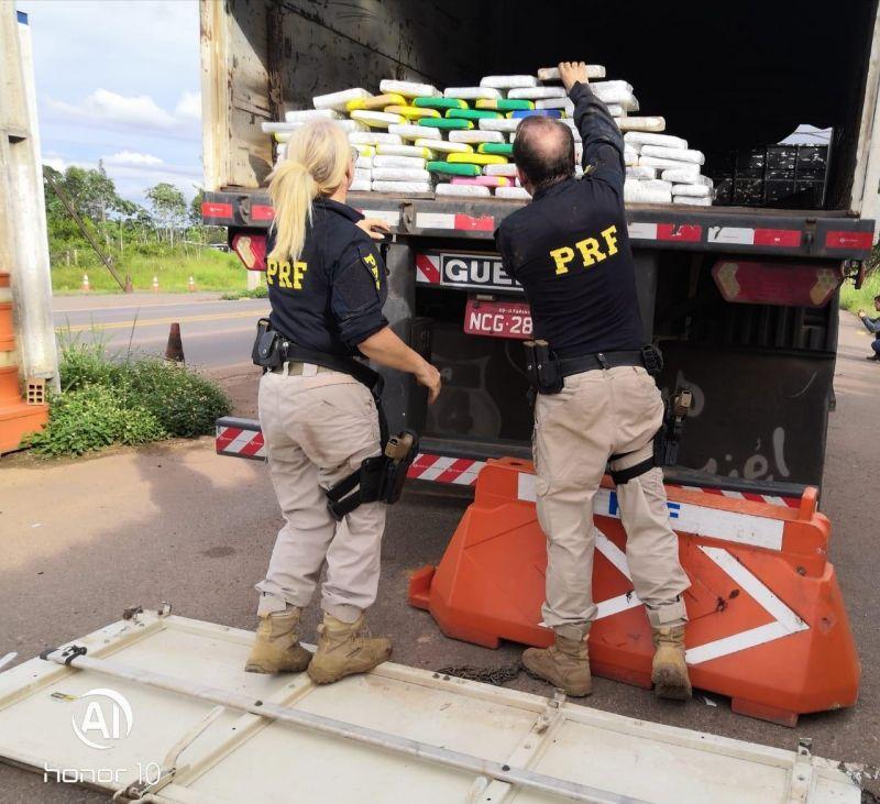 PRF apreende 71 quilos de cocaína e prende motorista de caminhão em Pimenta Bueno