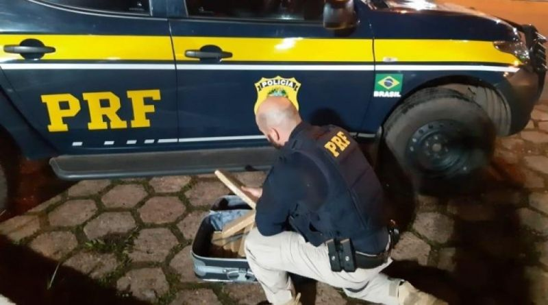 Em Pimenta Bueno, PRF prende passageiro de ônibus com quase 10 quilos de maconha