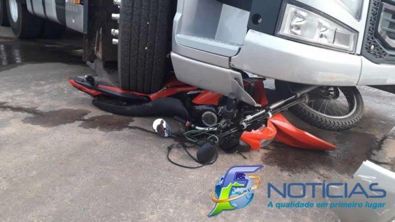 Moto vai parar embaixo de carreta em acidente de trânsito, em Alta Floresta