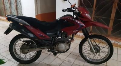 Mulher morre após colisão entre moto e caminhão da Secretaria de Saúde em Ouro Preto, RO