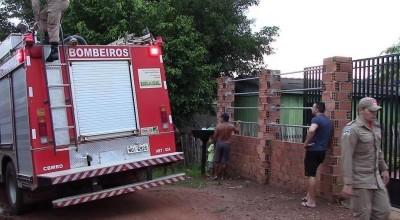 O incêndio foi registrado no final da tarde de domingo, 26, na Travessa dos Parecis (Antiga 10 Metros), no bairro São Cristóvão em Rolim de Moura.