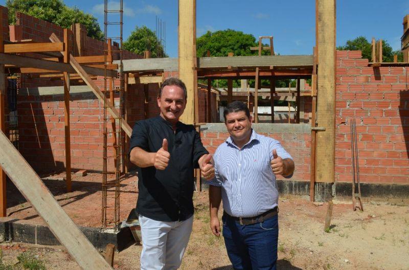 Prefeito Luizão e vice-prefeito Fabrício Melo fiscalizam a obra de Ampliação do Centro de Convivência do Idoso