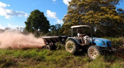 Rolim de Moura - Agricultor da linha 180 é beneficiado com serviços de aração, aplicação de calcário, fósforo e semente de pastagem pela Semagri