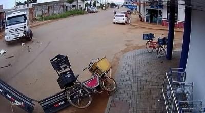 ASSISTA: vídeo impressionante mostra o momento em que vendedor de picolés escapa da morte em avenida