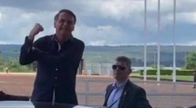 Bolsonaro volta a dar banana a jornalistas: 'Só se preocupam com besteira'