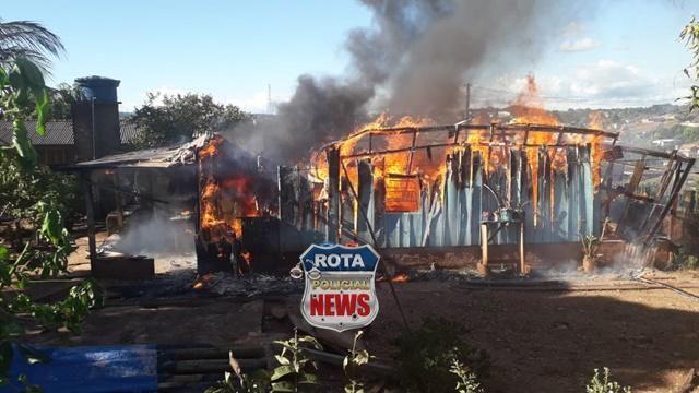 Casa é destruída por incêndio nesta tarde em Colorado do Oeste