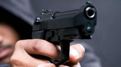 Homens armados assaltam casal, levando R$ 8 mil em dinheiro, além de cheques, moto e jóias